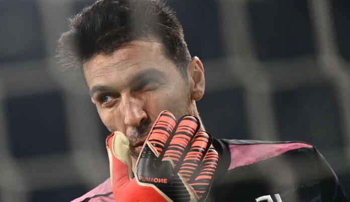 Buffon si copre la bocca con la mano