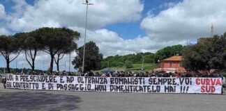 """Roma, i tifosi contestano i calciatori: """"Voi romanisti per contratto"""""""
