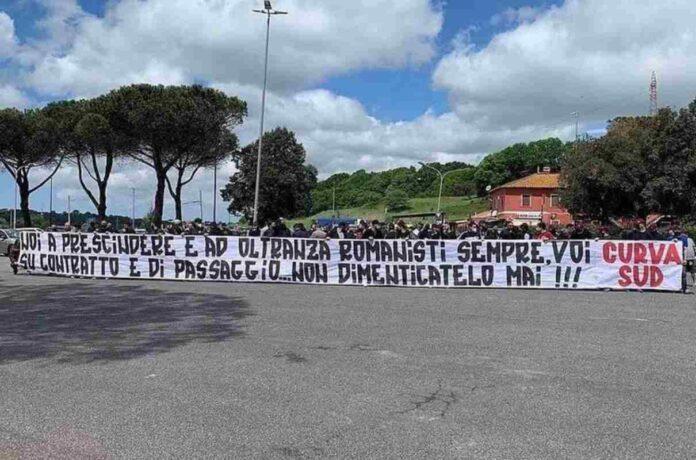 Roma, i tifosi contestano i calciatori: